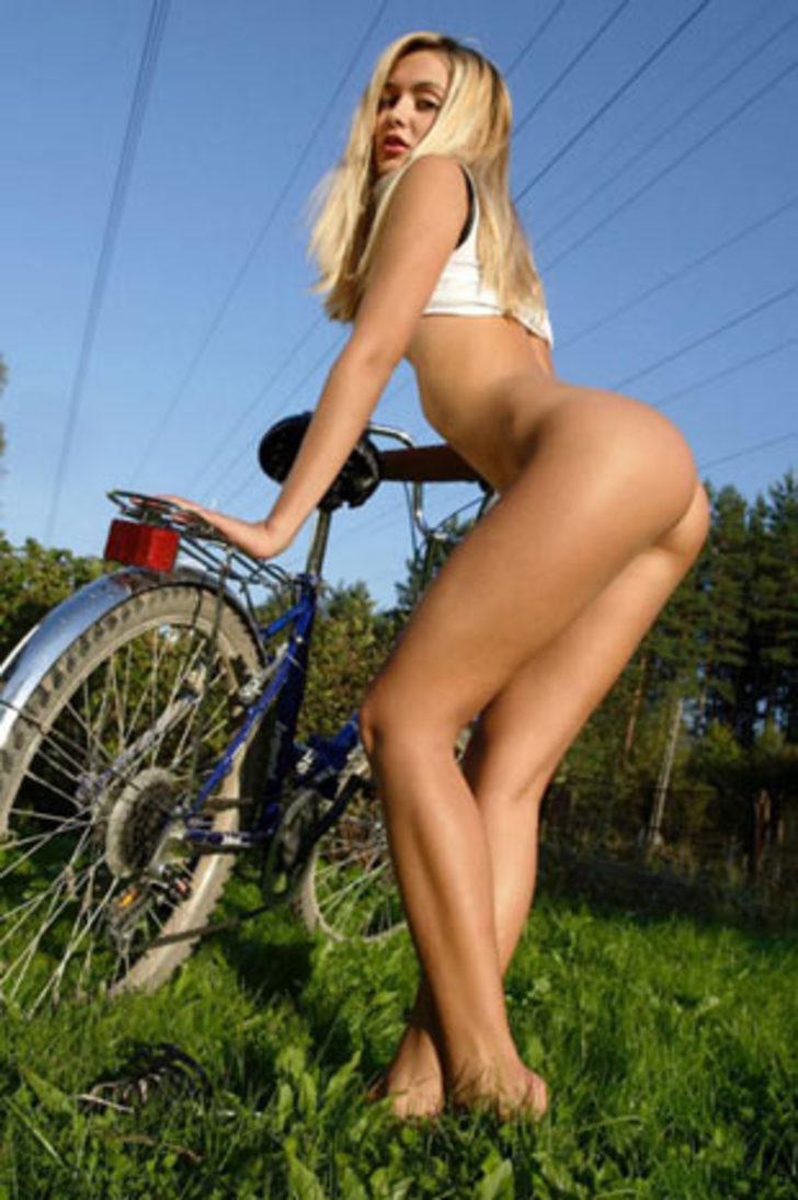Телки на велосипеде все видно видео