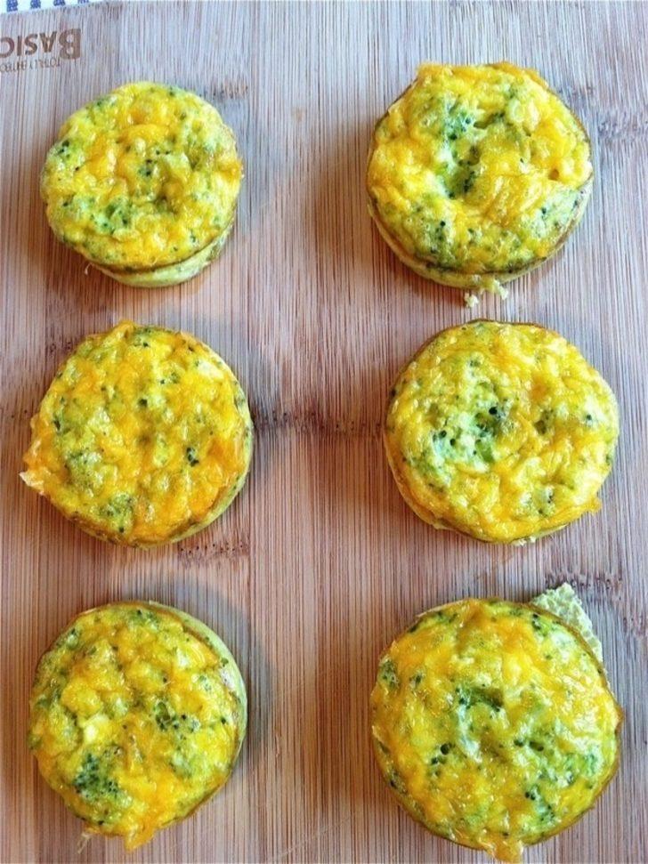 Cheddar Peynirli, Brokolili ve Yumurtalı Muffin