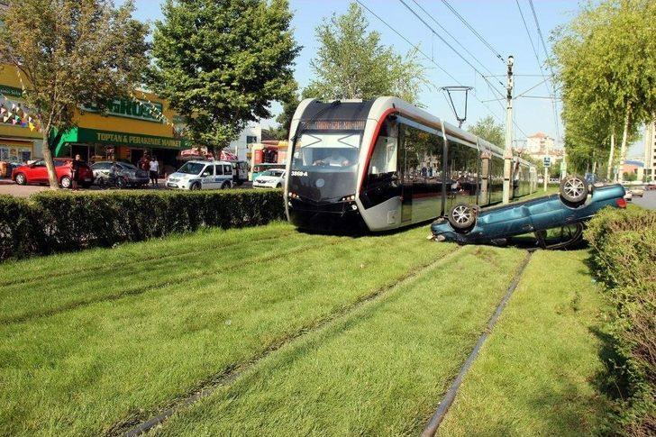 Takla Atan Otomobil Tramvay Yoluna Girdi