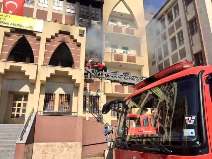 Okulda Çıkan Yangın Korkuttu