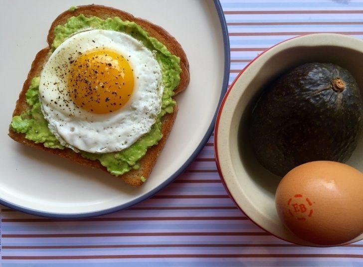 Avokadolu Yumurtalı Ekmek