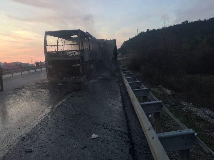 Yolcu Otobüsü Park Halindeki Tır'a Çarptı...ilk Belirlemelere 6 Ölü Çok Sayıda Yaralı Var