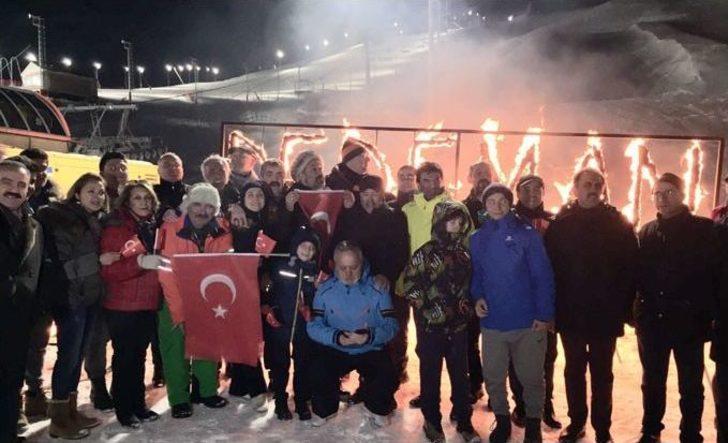 Yöresel Kıyafetli Kayakçıların Meşaleli - Türk Bayraklı Gece Kayağı Büyüledi