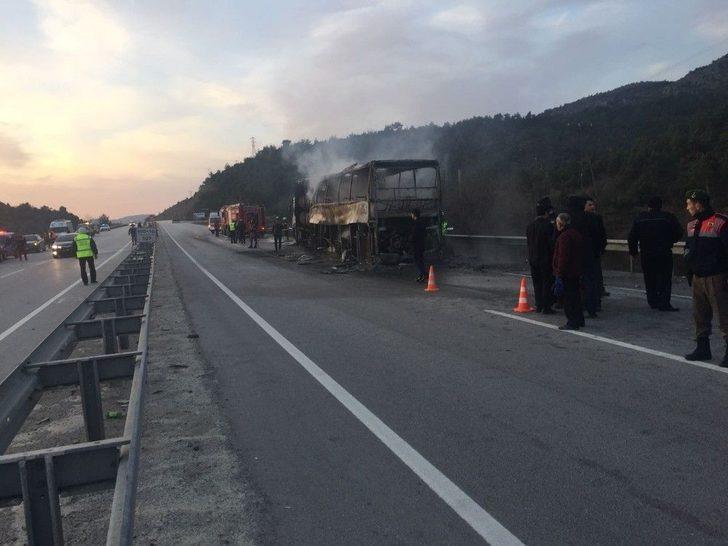 Yolcu Otobüsü, Park Halindeki Tır'a Çarptıktan Sonra Yandı: 13 Ölü, 20 Yaralı