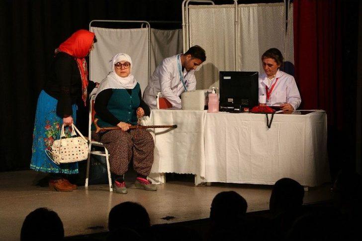 Sağlık Çalışanları Samsun'da Tiyatro Oyunu Sahneledi