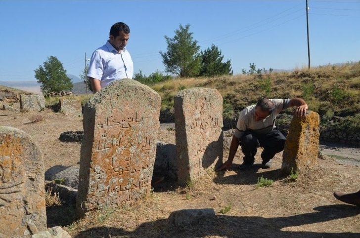 Osmanlı Dönemine Ait Mezar Taşları İncelendi