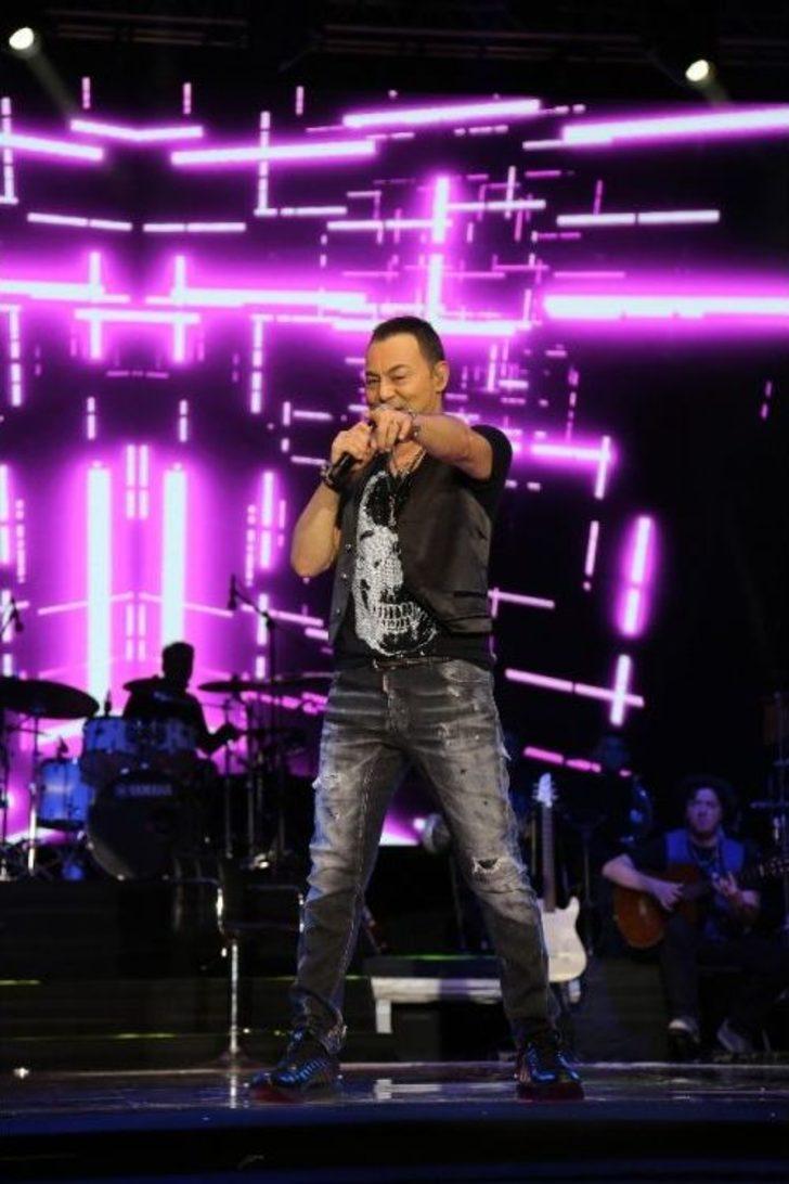 Serdar Ortaç 17 kiloluk ceketle konsere çıktı