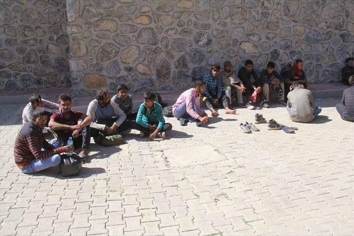 Başkale'de 43 Kaçak Göçmen Yakalandı
