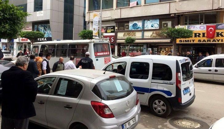 Trafik Polisi Minibüse Çarptı
