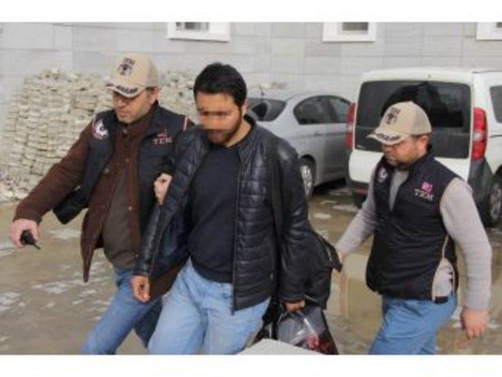 Fetö'den Aranan Öğretmen Apartmanın Çatı Katındaki Havalandırma Boşluğunda Yakalandı