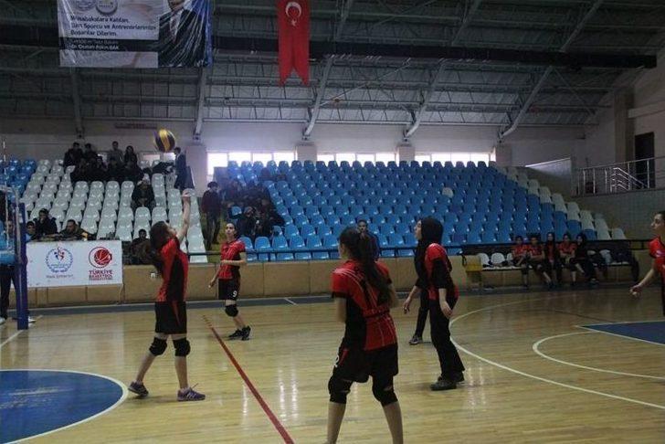 Erzincan'da Genç Kızlar Voleybol Müsabakaları Başladı