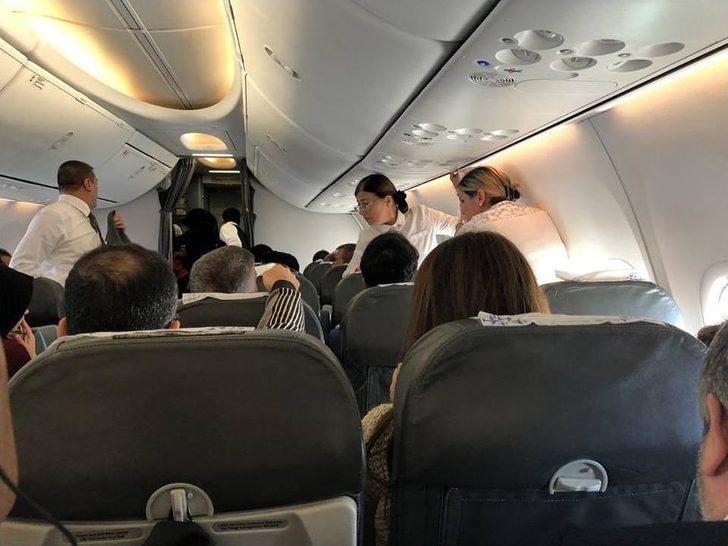 Uçakta Rahatsızlanan Hastaya Yolcu Olarak Bulunan Doktor Ve Hemşire Müdahale Etti