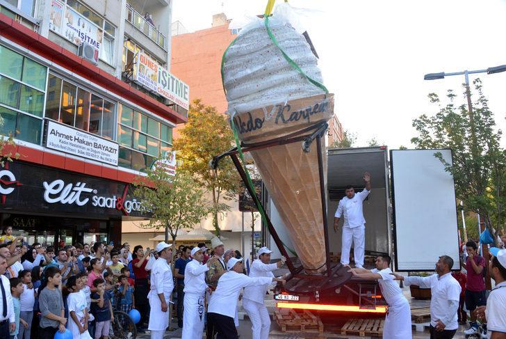 Kahramanmaraş'ta 'Dünyanın en büyük dondurma topu rekoru'
