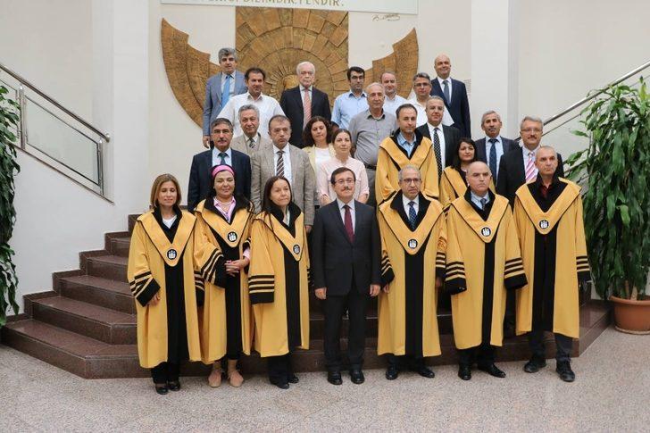 Unvanda yükselen akademisyenlere cübbeleri giydirildi