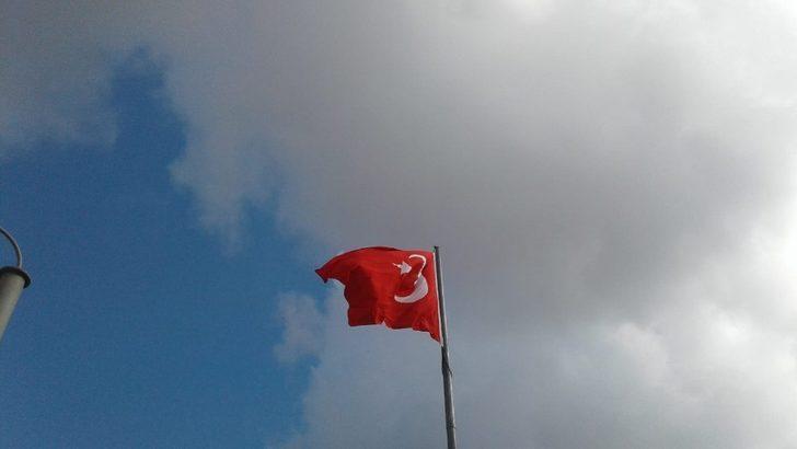 İzmit Belediyesi, kentteki Türk bayraklarını yeniledi
