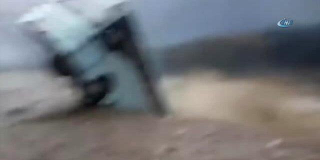 Hindistan'da nehir otobüsü yuttu