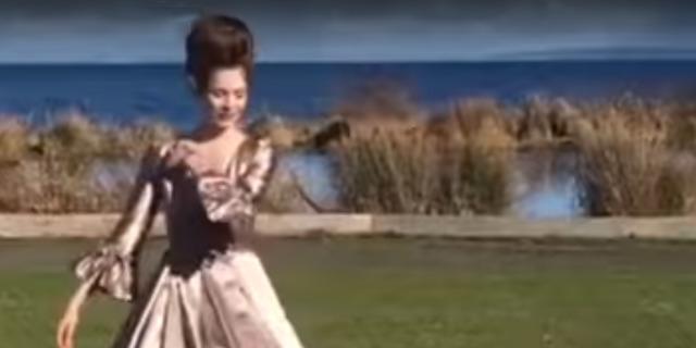 Sosyal medya bu elbiseyi konuşuyor! İzlediğinizde siz de hak vereceksiniz