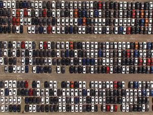 Ekonomideki yavaşlama ve kurlardaki yükselişle birlikte hızlanan otomotiv pazarındaki daralmanın bu yıl yüzde 40'a yaklaşarak satışların 600,000 adete gerilemesi, gelecek yıl ise daha da gerileyerek 450,000 adete ile 2003 yılından bu yana en düşük seviyeye inmesi bekleniyor.