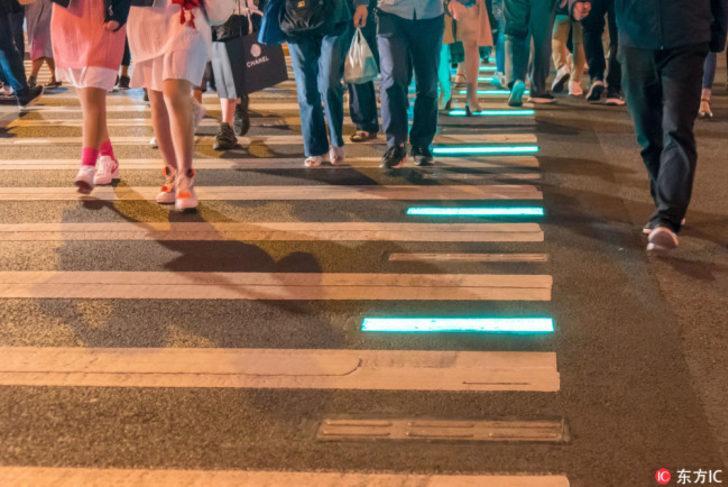 Çin'de yayalar için ışıklı kaldırım uygulaması başladı