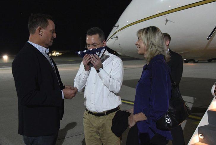 Rahip Brunson'dan Türkiye'ye mesaj! Almanya'ya iner inmez ABD bayrağını öptü!