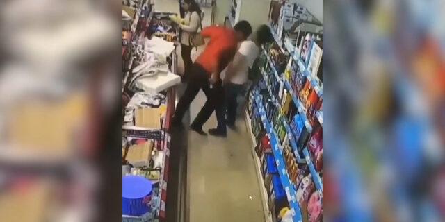 Markette sırtına dokunan adama böyle kafa attı!