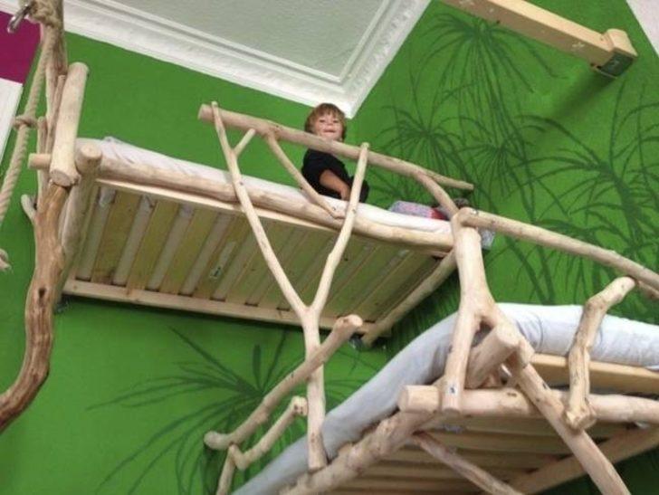 Bu Baba Çocuklarına Odunlarla Sıradışı Yataklar Yapmış