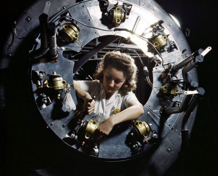 II. Dünya Savaşı'nda Çalışan Kadınların Yüksek Çözünürlüklü Renkli Fotoğrafları