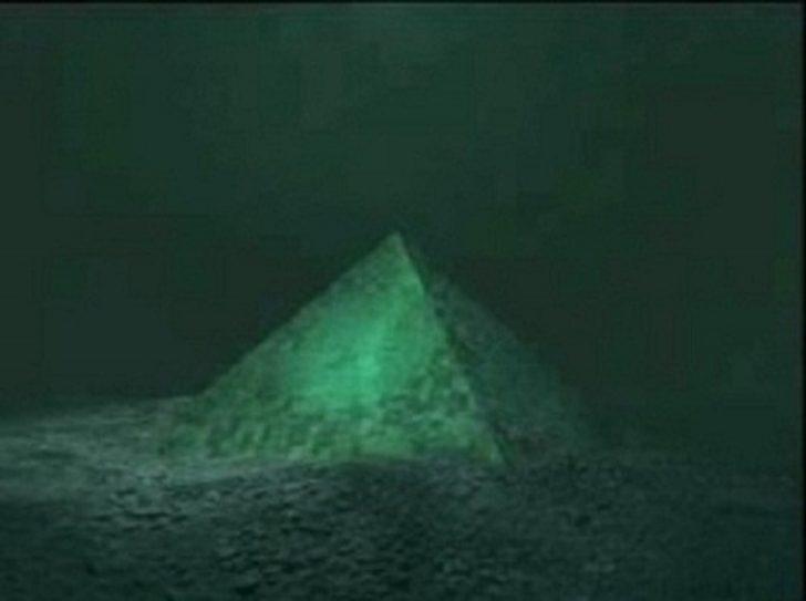 Camdan Yapılmış İki Devasa Su Altı Piramidi Bermuda Üçgeni'nin Merkezinde Bulundu