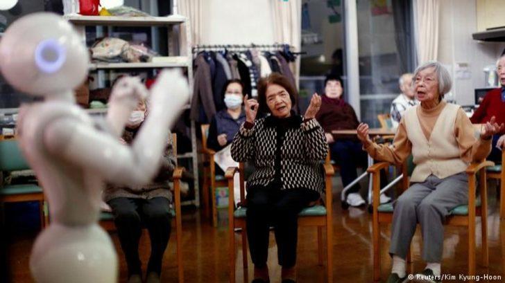 Japonya'da yaşlılara robotlar bakıyor