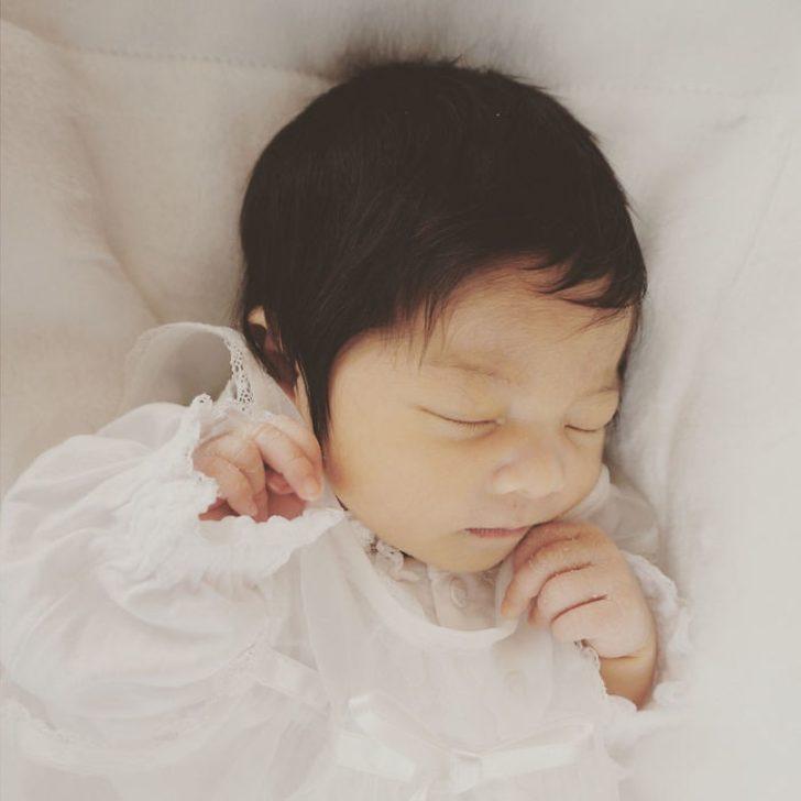 6 aylık bebeğin saçları görenleri hayrete düşürüyor.