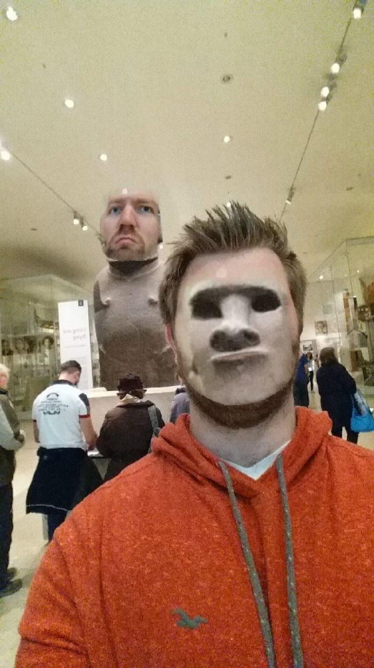 Yüz değiştirme filtreleriyle müzedeki sanat eserlerini trolleyen gençler