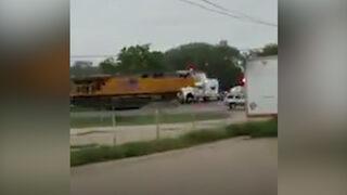 Tren, TIR'ı paramparça etti