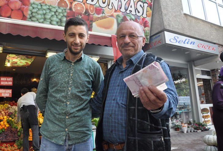 Manav, iş yerinin önünde düşürülen paranın sahibini buldu