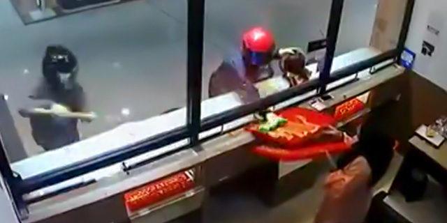 Hırsızları gören çalışan, onlara böyle yardım etti!