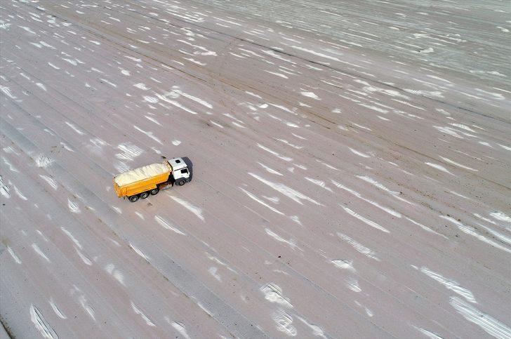 İstiflenen tuz tepeleri görsel şölen oluşturuyor