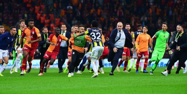 Jailson´un darbesi sonrası ortalık yangın yerine döndü. Galatasaraylı tüm oyuncular Jailson´un üzerine yürüdü.