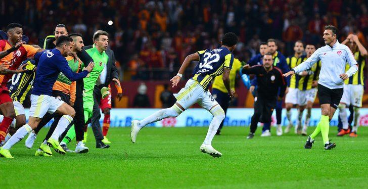 Orta sahada yaşanan kavgada sarı-kırmızılı futbolcuların kovaladığı Jailson kaçarak soyunma odasına gitti.