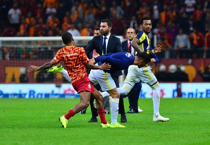 Polis sahada oyuncuları ve teknik ekipleri ayırdı.