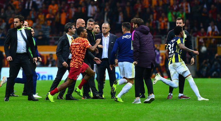 Fenerbahçe yedek kalecisi Erten Ersu ve sarı-lacivertli futbolcu Michael Frey de sahaya girerek bazı Galatasaraylı futbolculara saldırdı.
