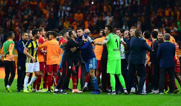 Galatasaray Kulübü İkinci Başkanı Abdurrahim Albayrak, teknik direktörler Fatih Terim ve Erwin Koeman ise kavgayı yatıştırmaya çalıştı.