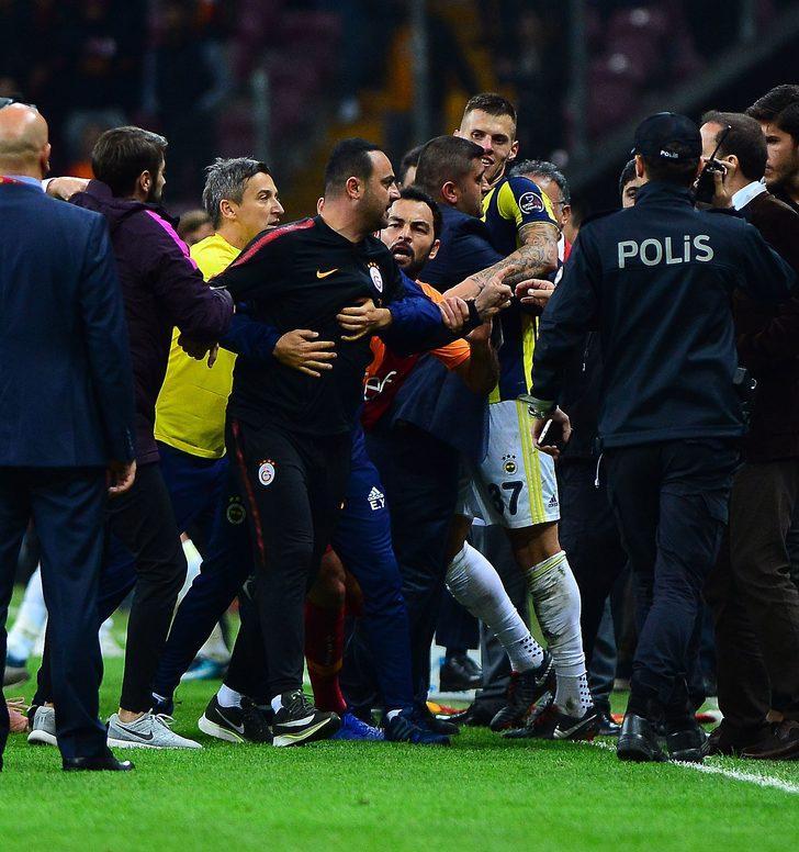Daha sonra güvenlik görevlilerinin de müdahalesiyle Fenerbahçeli futbolcular soyunma odasına giderken, koridorlarda da iki takım oyuncuları arasında gerginliğin devam ettiği öğrenildi.