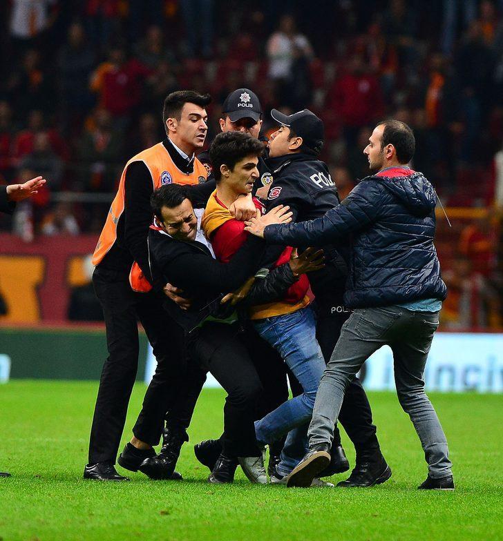 Galatasaray Yardımcı Antrenörü Hasan Şaş ile Fenerbahçe´nin Brezilyalı oyuncusu Jailson soyunma odası koridorunda tekme tokat birbirine girdi.