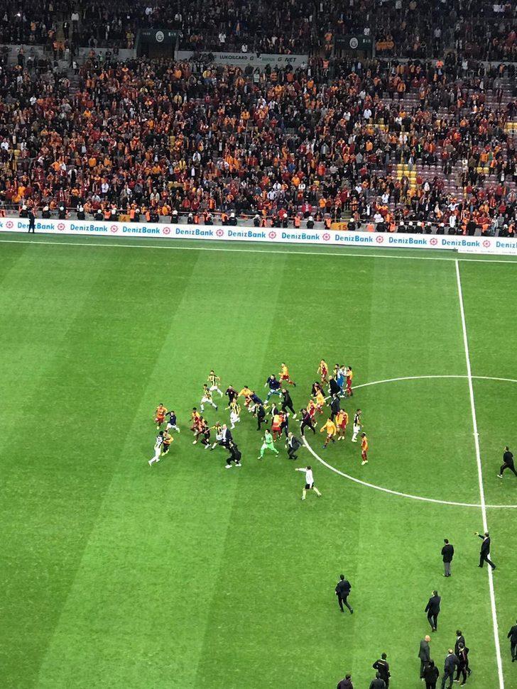 GALATASARAY'A CEZA | Tribünlerde yaşanan çirkin ve kötü tezahürattan dolayı sarı-kırmızılı kulüp ceza alacak.