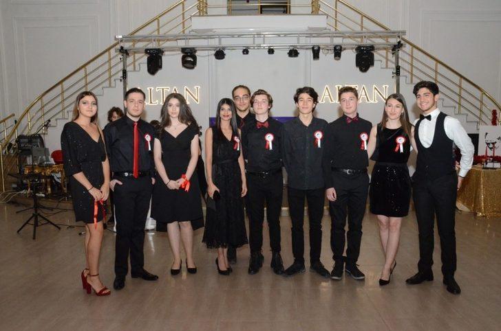 Yarışmaya katılacak gençlerden canlı performans