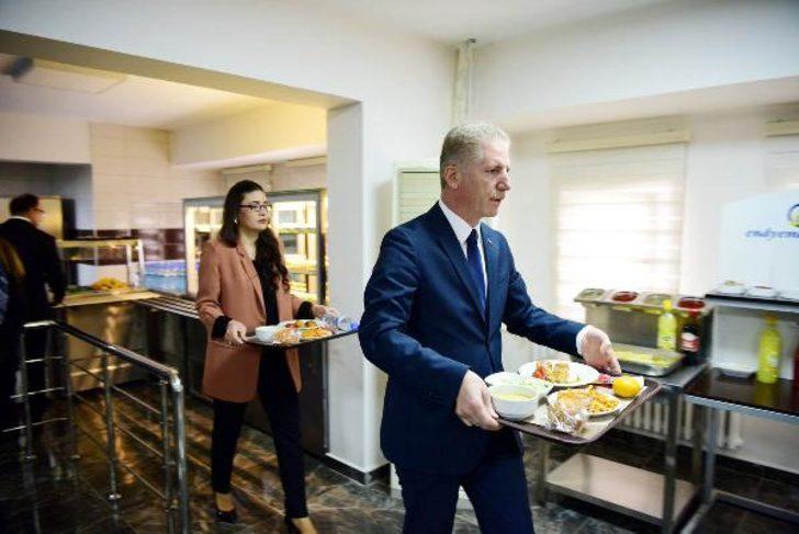 Dün göreve başlayan Gaziantep Valisi Davut Gül sıraya girip yemeğini aldı