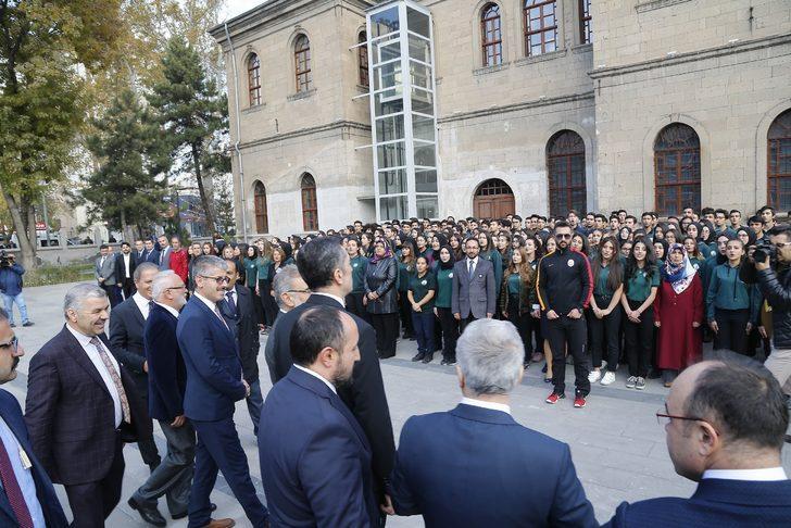Milli Eğitim Bakanı Ziya Selçuk'un ziyareti sırasında dikkat çeken an!