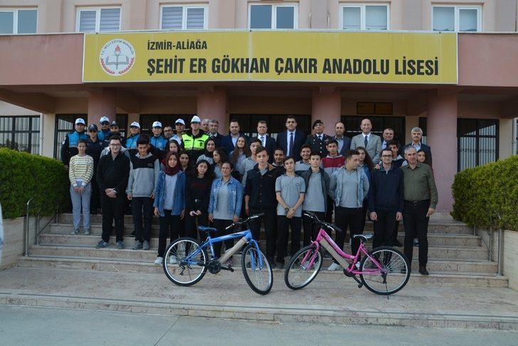 Aliağa'da öğrencilere bisiklet