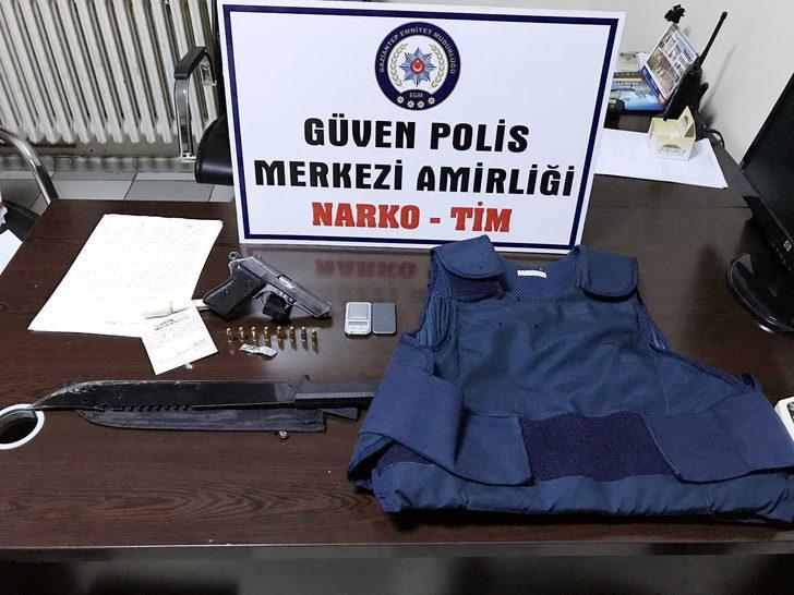 Evinde çelik yelek ve silah bulunan uyuşturucu satıcılarına tutuklama