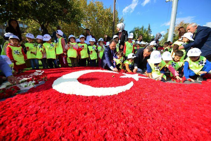 Uşak'ta 80 bin karanfille Türk bayrağı ve Atatürk silueti